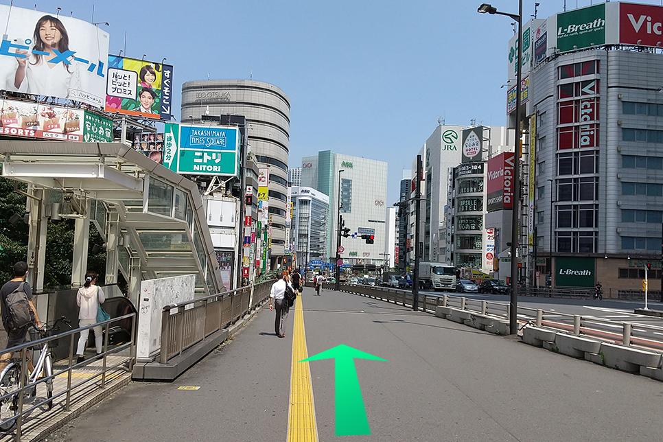 新宿東南口から出ていただくと、右に大きな道路があります。