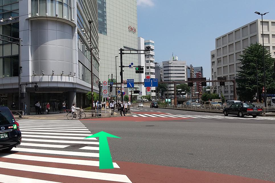 大きな交差点があるので、そちらも道沿いにまっすぐ進みます。