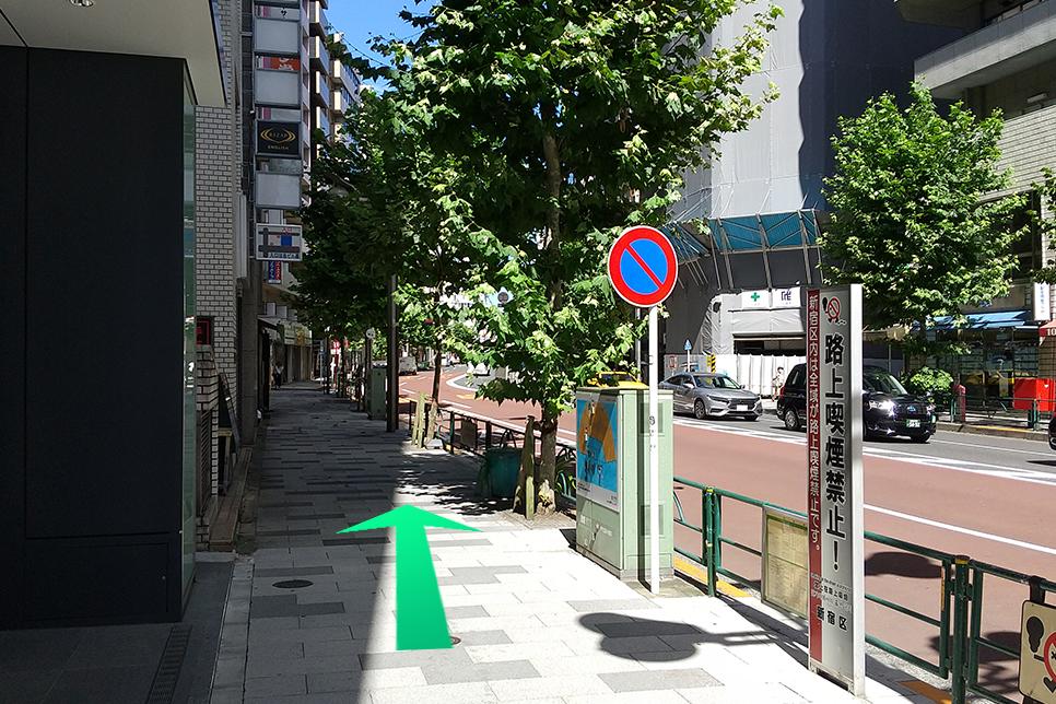 新宿門改札出口を出てから、左に進みます。